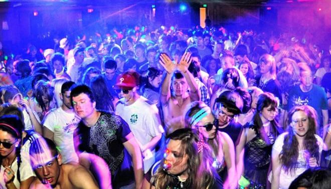Violentata in discoteca, le amiche filmano la scena col telefonino