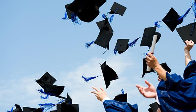 UNIVERSITÀ - Invita parenti e amici alla laurea, ma non si presenta