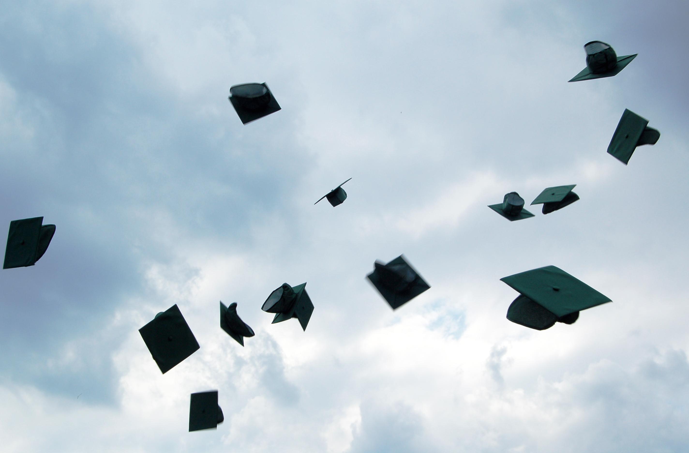 Invita tutti alla laurea ma poi scompare