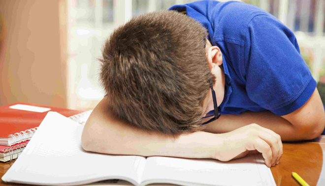 studente disperato sui libri