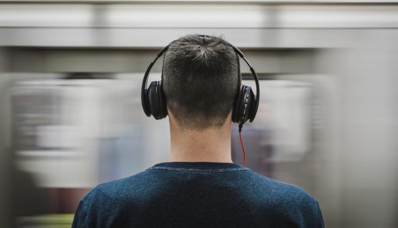"""Musica 8D: cos'è e come funziona l'effetto """"surround"""" diventato virale"""