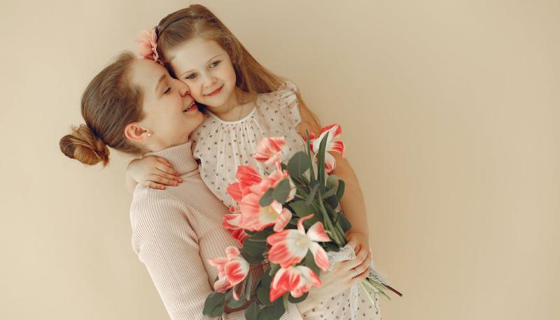 Buona festa della mamma 2021: le migliori frasi, auguri e aforismi