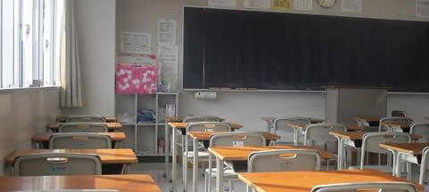 Banchi sedie lavagne e luci per una scuola confortevole for Arredi scolastici