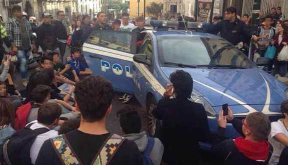 Occupazione: studenti in protesta fermano polizia